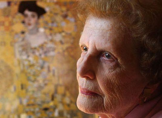 Maria Altmann devant le portrait de sa tante Adèle.